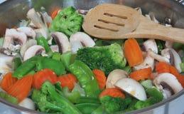 在平底锅的新鲜的混乱油炸物菜有木匙子的 免版税图库摄影