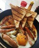 在平底锅的早餐 免版税库存照片