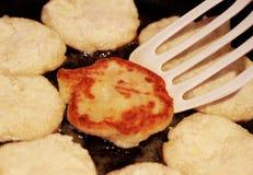 在平底锅的油炸馅饼 库存图片