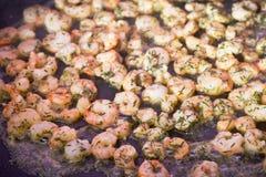 在平底锅的油煎的大虾 库存照片