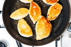 在平底锅的油煎的小馅饼 图库摄影