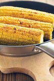 在平底锅的烤玉米 免版税库存图片