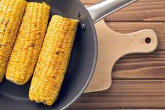 在平底锅的烤玉米 库存照片