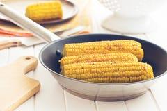 在平底锅的烤玉米 库存图片