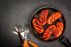 在平底锅的烤香肠 免版税库存照片