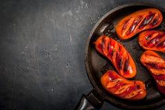 在平底锅的烤香肠 库存图片