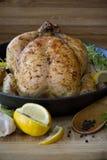 在平底锅的烤鸡柠檬 库存图片