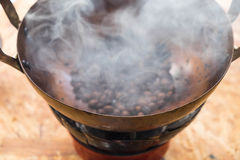 在平底锅的烧烤咖啡 库存图片