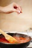 在平底锅的煮沸的西红柿酱 免版税库存照片
