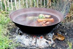 在平底锅的煮沸的水 库存图片