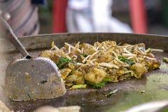 在平底锅的牡蛎煎蛋卷 免版税库存照片