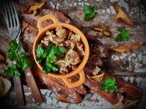 在平底锅的犹太粥varnishkes在一个木板 免版税库存照片
