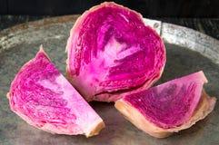 在平底锅的红色酸圆白菜切片 免版税库存图片