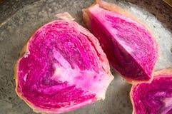 在平底锅的红色酸圆白菜切片 免版税库存照片