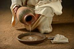 在平底锅的耶稣倾吐的水 免版税库存图片