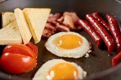 在平底锅的英式早餐 免版税库存图片