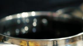 在平底锅的蒸汽有红酒的 影视素材