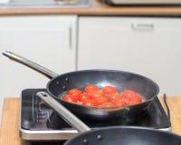 在平底锅的蕃茄 库存照片