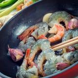 在平底锅的虾 免版税库存图片