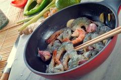 在平底锅的虾 免版税图库摄影