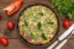 在平底锅的西班牙玉米粉薄烙饼 木土气桌 顶视图 免版税库存图片