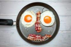 在平底锅的顶视图用煎蛋 免版税库存照片