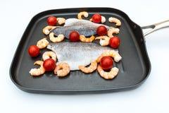 在平底锅的鱼 免版税库存照片