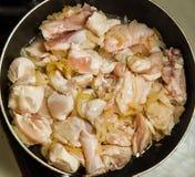 在平底锅的鸡片断 免版税库存照片