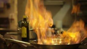 在平底锅的Flambe食物 股票录像