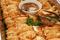 在平底锅里面的煮熟的食物 免版税库存图片