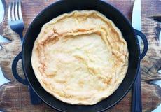 在平底锅,鸡蛋盘的煎蛋卷在一个土气样式的 图库摄影