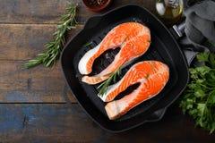 在平板炉平底锅的鲑鱼排 库存照片