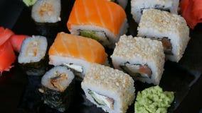 在平板的时髦的黑寿司集合用不同的种类卷, nigiri, maki, gunkan 日本全国烹调 影视素材