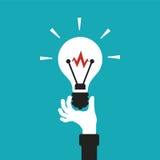 在平的动画片样式的电灯泡手中传染媒介概念 免版税库存照片
