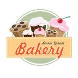 在平的葡萄酒设计的面包店商标与蛋糕和松饼 免版税库存照片