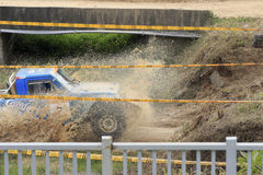 在平的水路的越野车 免版税图库摄影