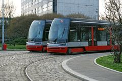 在平行的两辆电车在布拉格,捷克共和国修补了轨道 图库摄影