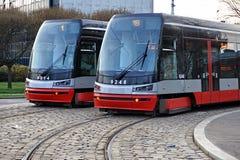 在平行的两辆电车在布拉格,捷克共和国修补了轨道 库存照片