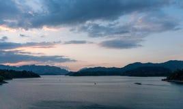 在平衡微明的高史诗石灰石峭壁在Cheow Lan湖,Khao Sok国立公园,Suratthani,泰国 免版税库存照片