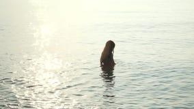 在平衡海的女孩身分 女孩潜水的洗涤物面具在海 股票视频