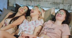在平衡的三个夫人在家有温泉放松的时光在他们做面孔和享受的时间一个面具的睡衣 股票录像