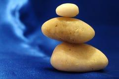 在平衡的石头 免版税库存图片