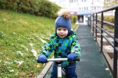 在平衡自行车的儿童骑马 库存图片