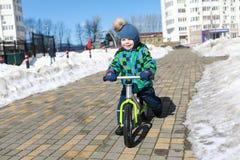 在平衡自行车的儿童骑马 库存照片