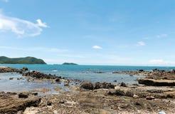在平静海滩岩石海岸线的看法  库存照片
