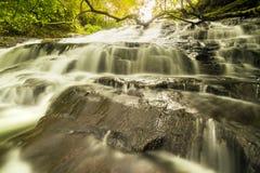 在平静的周围的深森林Vattakanal (沃特陶)瀑布 图库摄影