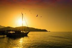 在平静的海上的美好的金黄日落 免版税库存图片