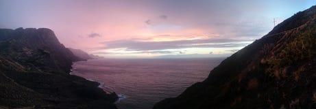 在平静的海岸线的五颜六色的日落 库存照片