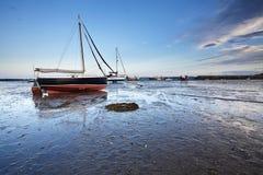 在平静的港口的日落Lindisfarne的 图库摄影
