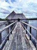 在平静的水的桥梁 免版税库存图片